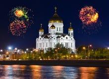 Fogos-de-artifício sobre a catedral em Moscovo imagens de stock