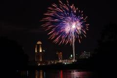 Fogos-de-artifício sobre Des Moines Fotografia de Stock Royalty Free