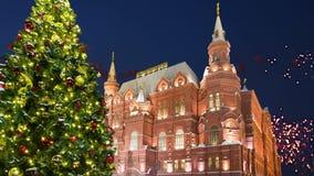 Fogos-de-artifício sobre a inscrição histórica do museu do estado no russo, perto do Kremlin em Moscou, Rússia vídeos de arquivo