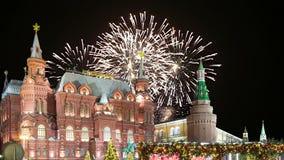 Fogos-de-artifício sobre a inscrição histórica do museu do estado no russo, perto do Kremlin em Moscou, Rússia video estoque