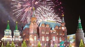 Fogos-de-artifício sobre a inscrição histórica do museu do estado no russo, perto do Kremlin em Moscou, Rússia filme