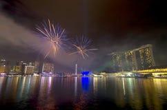 Fogos-de-artifício sobre Marina Bay durante o ensaio combinado da parada 2012 do dia nacional de Singapura Fotos de Stock