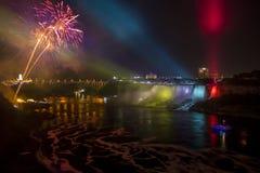 Fogos-de-artifício sobre Niagara Falls na noite fotografia de stock