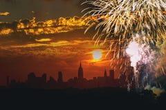 fogos-de-artifício sobre o Dia da Independência de Manhattan New York City, 4o de julho, ideia da construção do estado de NY Fotografia de Stock Royalty Free