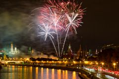 Fogos-de-artifício sobre o Kremlin de Moscou na noite Fotos de Stock