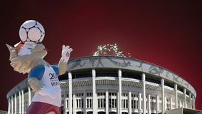 Fogos-de-artifício sobre o lobo Zabivaka e Luzhniki Moscovo, Rússia video estoque