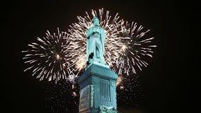 Fogos-de-artifício sobre o monumento centro da cidade a Pushkin, Moscou Rússia video estoque