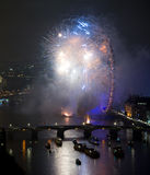Fogos-de-artifício sobre o olho e o Westminster de Londres Imagem de Stock Royalty Free