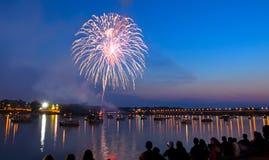 Fogos-de-artifício sobre o rio Imagem de Stock