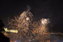 Fogos-de-artifício sobre o rio Fotos de Stock Royalty Free