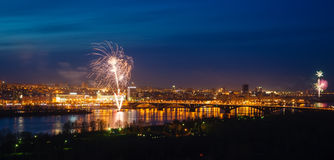 Fogos-de-artifício sobre o rio Foto de Stock Royalty Free