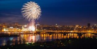 Fogos-de-artifício sobre o rio Foto de Stock