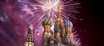 Fogos-de-artifício sobre o templo da catedral da manjericão de Saint da manjericão o quadrado abençoado, vermelho, Moscou, Rússia imagens de stock