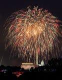 Fogos-de-artifício sobre o Washington DC julho em ô Fotografia de Stock