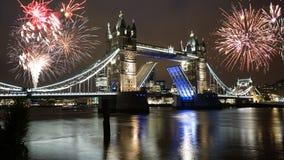 Fogos-de-artifício sobre a ponte da torre imagens de stock royalty free