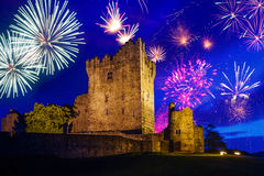Fogos-de-artifício sobre Ross Castle Fotos de Stock Royalty Free