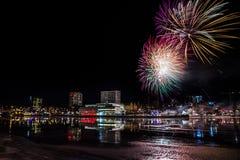 Fogos-de-artifício sobre a skyline da cidade de UmeÃ¥, Suécia Foto de Stock Royalty Free