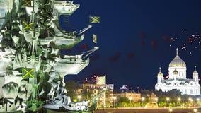 Fogos-de-artifício sobre a terraplenagem do rio de Moscou Moskva e o Peter a grande estátua, Moscou, Rússia na noite vídeos de arquivo