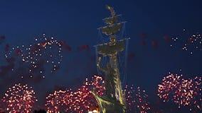 Fogos-de-artifício sobre a terraplenagem do rio de Moscou Moskva e o Peter a grande estátua, Moscou, Rússia na noite filme