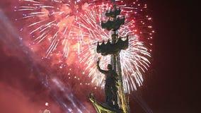 Fogos-de-artifício sobre a terraplenagem do rio de Moscou Moskva e o Peter a grande estátua, Moscou, Rússia na noite video estoque