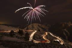 Fogos-de-artifício sobre uma estrada curvy da montanha Imagens de Stock Royalty Free