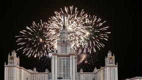 Fogos-de-artifício sobre a universidade estadual de Lomonosov Moscou, construção principal, Rússia video estoque