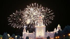 Fogos-de-artifício sobre a universidade estadual de Lomonosov Moscou, construção principal, Rússia vídeos de arquivo