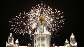 Fogos-de-artifício sobre a universidade estadual de Lomonosov Moscou, construção principal, Rússia filme