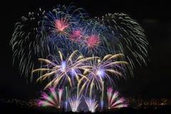 Fogos-de-artifício Sparkles grandes acima da cidade da noite Imagens de Stock