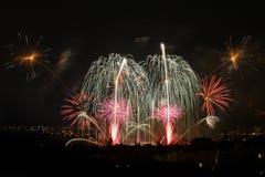 Fogos-de-artifício Sparkles grandes acima da cidade da noite Fotografia de Stock Royalty Free