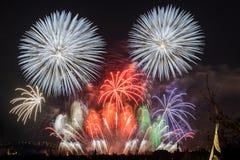 Fogos-de-artifício Sparkles grandes acima da cidade da noite Foto de Stock Royalty Free