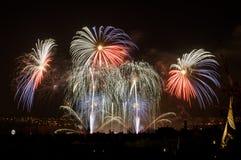 Fogos-de-artifício Sparkles grandes acima da cidade da noite Imagem de Stock Royalty Free