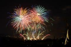 Fogos-de-artifício Sparkles grandes acima da cidade da noite Fotos de Stock