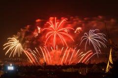 Fogos-de-artifício Sparkles grandes acima da cidade da noite Imagem de Stock