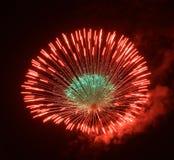 Fogos-de-artifício surpreendentes alaranjados dourados isolados no fim escuro do fundo acima com o lugar para o texto, festival d Fotografia de Stock Royalty Free