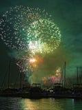Fogos-de-artifício verdes do céu sobre barcos Fotografia de Stock