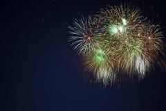 Fogos-de-artifício verdes dourados efervescentes Foto de Stock