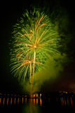 Fogos-de-artifício verdes no lago Fotografia de Stock Royalty Free