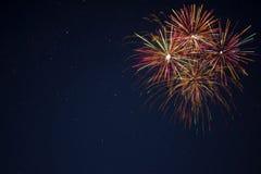 Fogos-de-artifício verdes vermelhos dourados sobre o céu noturno Imagens de Stock Royalty Free