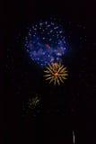 Fogos-de-artifício: vermelho, dourado e azul Imagens de Stock
