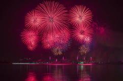 Fogos-de-artifício vermelhos bonitos no céu Imagens de Stock Royalty Free