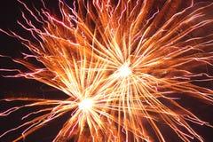 Fogos-de-artifício vermelhos e alaranjados brilhantes Imagem de Stock