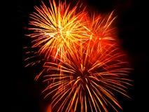 Fogos-de-artifício vermelhos e dourados Fotos de Stock