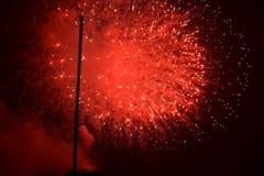 Fogos-de-artifício vermelhos em 4o julho Fotos de Stock