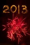 Fogos-de-artifício vermelhos estourados e 2013 nos sparklers Imagens de Stock Royalty Free