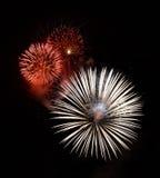 Fogos-de-artifício vermelhos isolados no fim escuro do fundo acima com o lugar para o texto, festival dos fogos-de-artifício de M Imagem de Stock Royalty Free