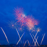 Fogos-de-artifício vermelhos no céu azul profundo fotografia de stock royalty free