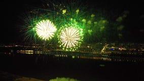 Fogos de artif?cio brilhantes em honra do festival acima do rio video estoque