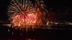 Fogos de artif?cio brilhantes em honra do festival acima do rio filme