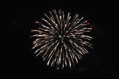 Fogos-de-artif?cio firework Fonte de luzes amarelas e multi-coloridas brilhantes no céu noturno durante o feriado do ano novo e fotografia de stock
